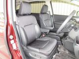 広くてゆとりのあるフロントシート。運転席は電動でシートの前後調整、角度調整が可能で、ドライバーに合わせたポジションに出来ます。