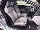 フロント広々、セパレートシートの運転席は、ハイトアジャスターが付いているので、快適にドライブができます。ハンドルはテレスコピック機能で、ハンドル位置を上・下・手前・奥に調節できます。