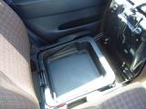 助手席の下には物入れもあります!使うと結構便利なんです!ちょっと車から離れるときに荷物を入れておけば車上荒らしの心配も少なくなります!ちょっとした気遣いのある装備は嬉しいですね!