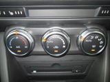 車内の温度を快適に保ってくれるオートエアコン装備☆ダイヤル式なのでなれてくると手元を見ずに操作頂けます!