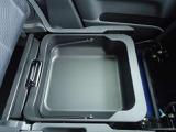 助手席の下にご覧のような収納スペースがあります!