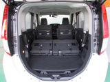 コンパクトカーだけどバックドアの開口が広く、荷物の積み下ろしがとても楽。結構広く余裕のラゲージペースです!