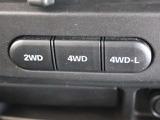 4WDシステムは副変速機付きのパートタイム4WD。4Hと2Hの切り替えは走行中でも可能なドライブアクション4X4を採用。
