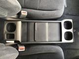 運転席・助手席の間には、収納トレイがございます☆ドリンクホルダーも完備していますので、飲み物や小物を置く場所に困りません^^