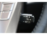 クルーズコントロール搭載車です。アクセルペダルを踏み続けることなく、セットした一定速度を維持する機能で、運転者の疲労軽減に貢献します。
