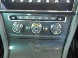 左右独立で温度調節ができるオートエアコンを装備しておりますのでドライブも快適に楽しめます!