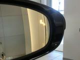 走行中にドアミラーでは確認しにくい後側方エリアに存在する車両を検知するとドアミラー内が光るブラインドスポットモニターを装着しております。