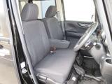 大柄な人でも不満の無いようの設計したフロントベンチシート。運転席はアイポイントを高くし視界良好です。インパネシフトで左右の移動が楽々。ポケット付きアームレストで小物収納にとても便利です。