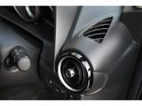 ジェットエンジンの噴射口をイメージしてデザインされた丸型のエアコンルーバー。ノブを回すことでシャッターの開閉が可能です。また、超薄型のエアコンルーバーも備えています。