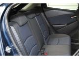 中央よりに座ることになり、視野が遮られる量が減り、前方の開放感が広がっています。前席の薄型のシートバック採用で、ニークリアランスが18mm拡大したので、楽な姿勢でドライブを楽しめる後席空間になっています