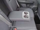後部座席の中央にドリンクホルダー付肘掛が付いています!