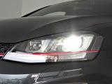 ステアリングに連動するダイナミックコーナリングライトを装備しています。GTIのレッドラインがヘッドライトの中を走り抜けるデザインになっています。