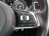 ハンドル右側はハンズフリーフォンの操作ボタンとメーターパネルにさまざまな車両情報を表示出来る選択ボタンでございます。