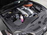 2AR-FSE型 2.5L 直列4気筒 DOHCエンジンと1KM型交流電動機のハイブリッドシステムを搭載、駆動方式はFRです。