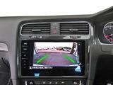 ギヤをリバースに入れると車両後方の映像を映し出すリヤビューカメラと、センサーにより障害物を検知してディスプレイと警告音で知らせるシステムの両方を装備しています。