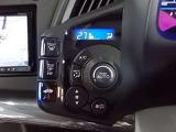 【快適空間】手元付近のスイッチパネルでオートエアコンの操作ができます