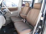 前席は、ひじ掛け付きのベンチシートです!!