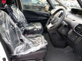 運転席は足元がゆったり出来るような設計になっております。