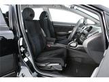 座面が低いシートは、肩までおよぶサイドサポートのおかげでホールド性が高く、また足元も広く、座った感じは快適そのもの♪
