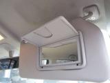 女性の方は必見!運転席にバニティミラーを装備しています!
