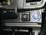 スマートキー付です。バックやポケットの中にキーを入れたままで、ドアの施錠・開錠やエンジンスタートが出来ます。