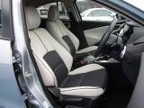 シート色は白&黒色です、レバー操作で高さを変える事が出来ます&適度に身体をサポートしてくれる形状のシートでロングドライブでも疲れにくいです。