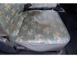 運転席シート座面綺麗ですが、年数は経っているので多少の色褪せや汚れはあります。1か所焦げ有ります。