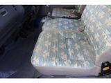 助手席シート座面綺麗ですが、年数は経っているので多少の色褪せや汚れはあります。