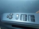運転席にパワーウィンドウのスイッチとドアミラーの自動格納装置があります。