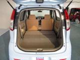 リヤシートは、左右分割式で背もたれを倒すと広いラゲッジルームとして使用可能です