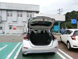 バックドアは大きく開きます。定員乗車時でも9.5インチのゴルフバッグを2セット横置きで搭載可能です。