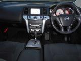 運転席 助手席:広々とした室内は運転しやすさと質感と機能を高めています。 4WD250XL