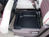 小物を助手席シート下のBOXに収納すれば車内がスッキリ!また、助手席にコンビニの袋を置いておくと、ブレーキを踏んだ瞬間に倒れて散らばってしまうことってありませんか?そんな心配も必要ありません!