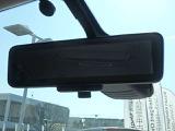 スマートルームミラーがリヤカメラで車両後方の映像ルームミラー表示しをクリアな後方視界を確保してくれます