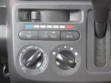 ◆エアコン◆ダイヤル式のエアコンパネル 温度・風向・風量を設定するだけで車内を快適な温度にしてくれます。