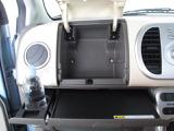 助手席の前に収納ボックスがあり車内の整理整頓に便利です