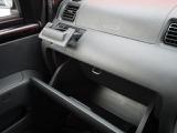 収納式のドリンクホルダー☆グローブボックスもしっかりした容量で使い勝手のいい室内♪