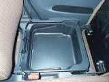 助手席のシートを跳ね上げると収納スペースがでてきます。車検証ブックや小物を収納するのに丁度いいですよ。