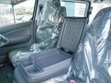 フロントシート中央部分はシート兼可動式簡易テーブルとして使用する事が出来ます。