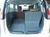 荷室スペースはシートを5:5分割で倒す事ができるので、大きい荷物の収納も可能です。
