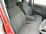 ベンチシートは運転席・助手席の行き来もしやすく、駐車時に役立ちます!また、開放感もいいですね。