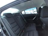 後席は大人が座っても広く感じれるスペースがあります♪WEB担当者(30代男性)が座ってもゆとりのあるお車です♪
