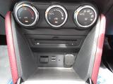 室内温度を一定に保ち、快適に運転できるフルオートエアコン、メーカーセットオプションのCD/DVD+地上デジタル中ーナー付き。