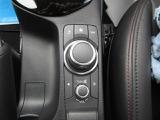 左側のステアリングを握っていた手を離した際、自然に触れる位置にマツダコネクト用の操作スイッチ(コマンダーコントロール)を装備。シンプルで使いやすいです。