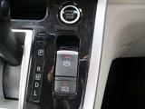 電動パーキングスイッチを引き上げるだけで、パーキングブレーキが作動します。信号待ちなどの停車時に、ブレーキペダルを踏み続けていなくても自動的にブレーキ力がキープされる機能(オートブレーキホールド)