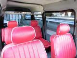 内装もオシャレな赤色のシートカバーです。