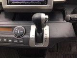 フルオートエアコン装備しています。風の強弱や温度は自動調整で便利です。