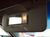 前席のバイザーには照明付きのバニティーミラーが付いています。