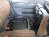助手席シート下にも収納が出来て車内はスッキリ!!