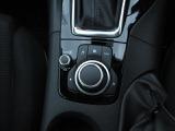 コマンダーコントロール。シフトノブの手前に配置されており、ボタンさえ覚えれば自然に手が下りてきて操作ができます。脇見運転が減り安全性にもつながります◎